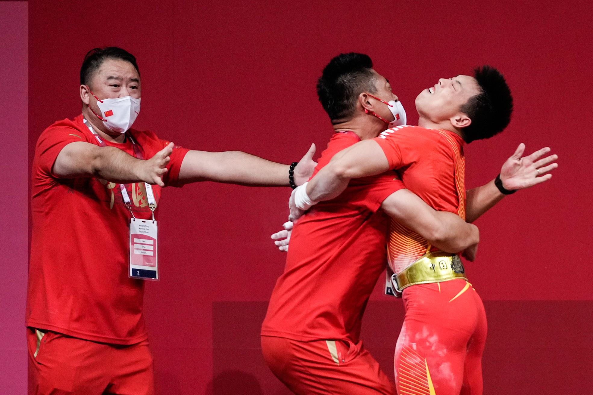 谌利军和教练拥抱。
