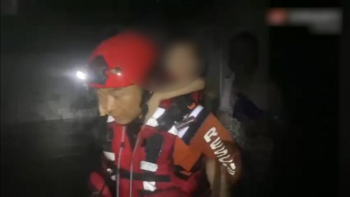 """宁波男孩被困积水,见到救援人员大喊""""消防叔叔来救我们了"""""""