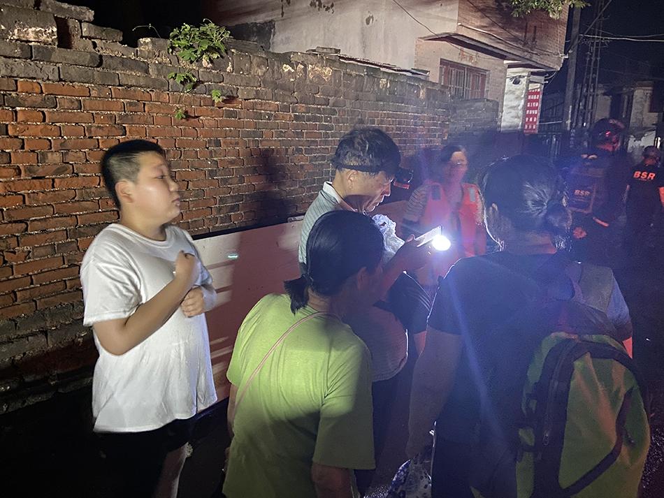 还有人未转移,小辛庄村村委会主任陈运岭着急得戴上矿灯打算自己下水。