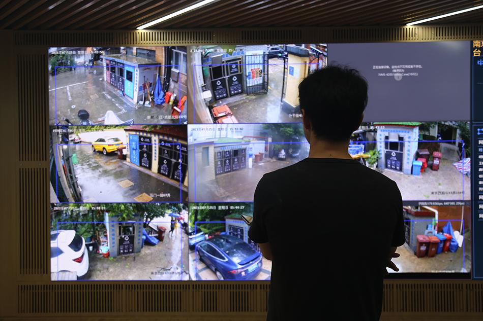 """南京西路街道防汛防台指挥部工作人员正在观察""""视频巡查""""画面。本文图片均为 见习记者 邹佳雯 图"""