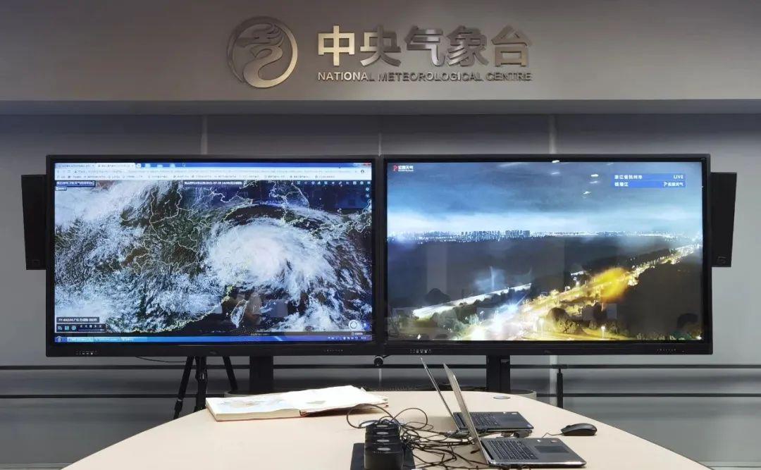 深夜的中央气象台,大屏幕上显示着云图和浙江省杭州市钱塘江实景图。 庄白羽 图