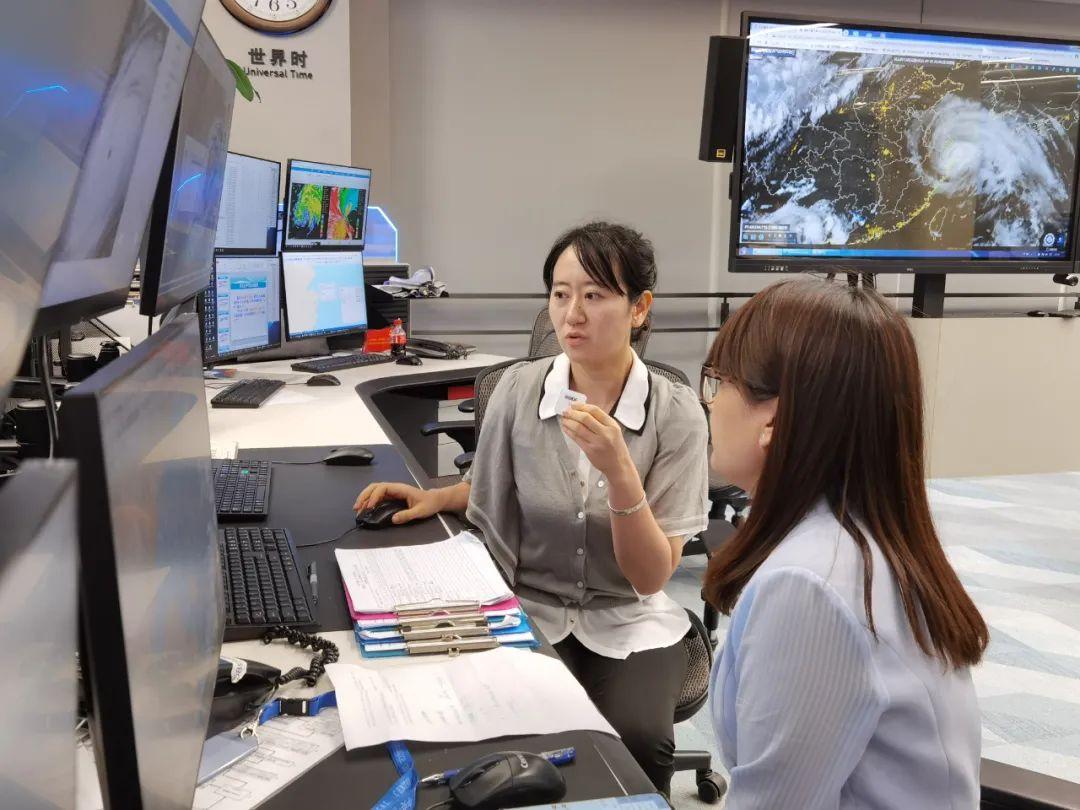 中国气象局台风与海洋气象预报中心高级工程师周冠博接受中国气象报社直播采访。 庄白羽 图