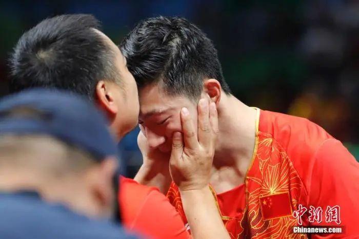 当地时间8月17日,2016里约奥运男子乒乓球团体赛决赛举行,中国队最终以总比分3:1的成绩战胜日本队获得冠军。中新网记者 盛佳鹏 图