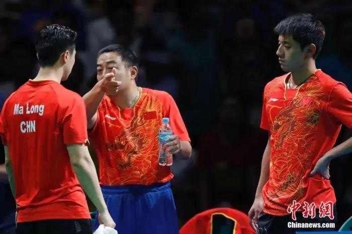 2016里约奥运男子乒乓球团体赛决赛举行,马龙首战日本队员丹羽孝希。图为刘国梁现场面授机宜。中新网记者 盛佳鹏 图