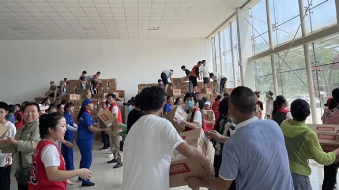 驰援河南的志愿者:暴雨反复,累了就扒在救灾的物资上睡着了