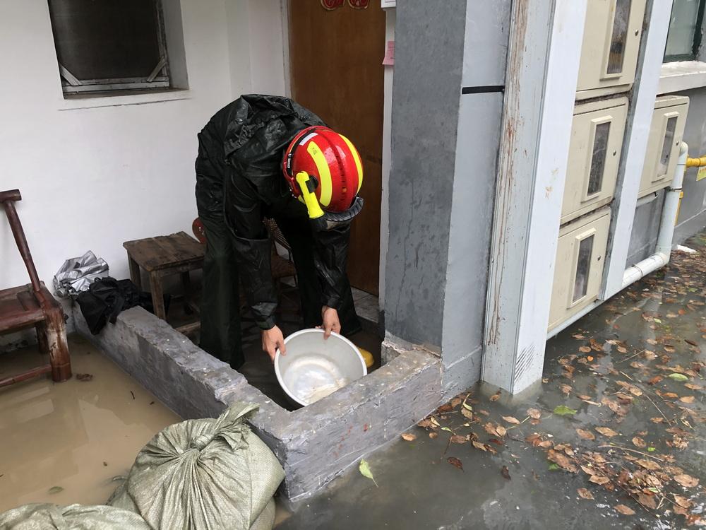 7月26日上午,上海市金山区张堰镇东风新村出现严重积水,最深积水一度达到30公分。