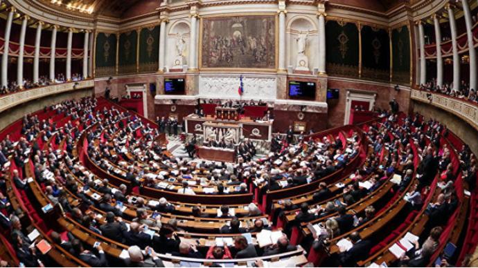 """法国国会通过新冠""""健康通行证""""法案,推进疫苗接种进程"""