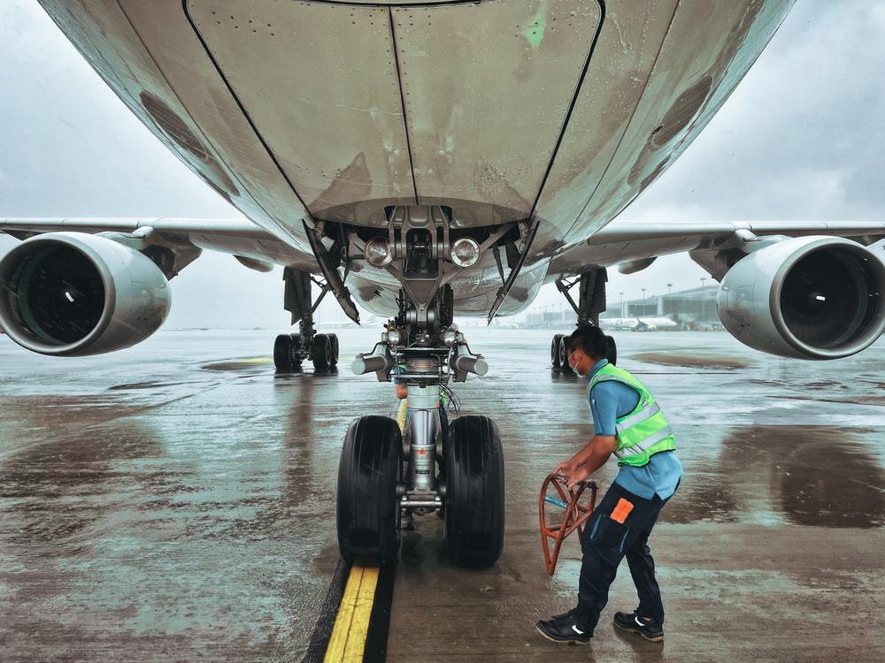 机务人员将每小时巡查飞机及设备情况。南航图