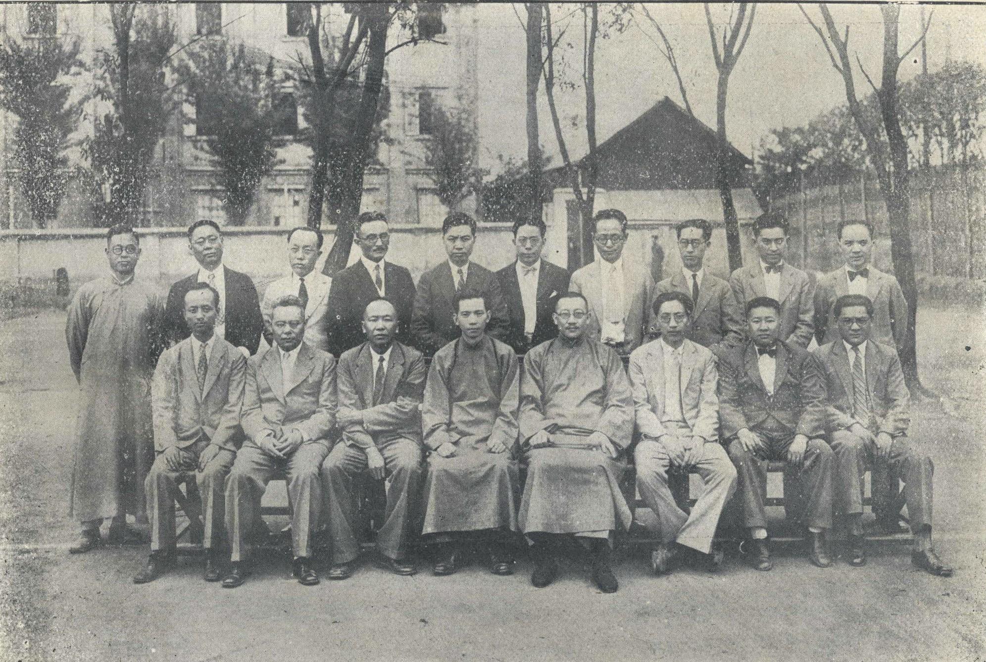 1930年,王伯群(前排右四)与大夏大学校务委员会合影