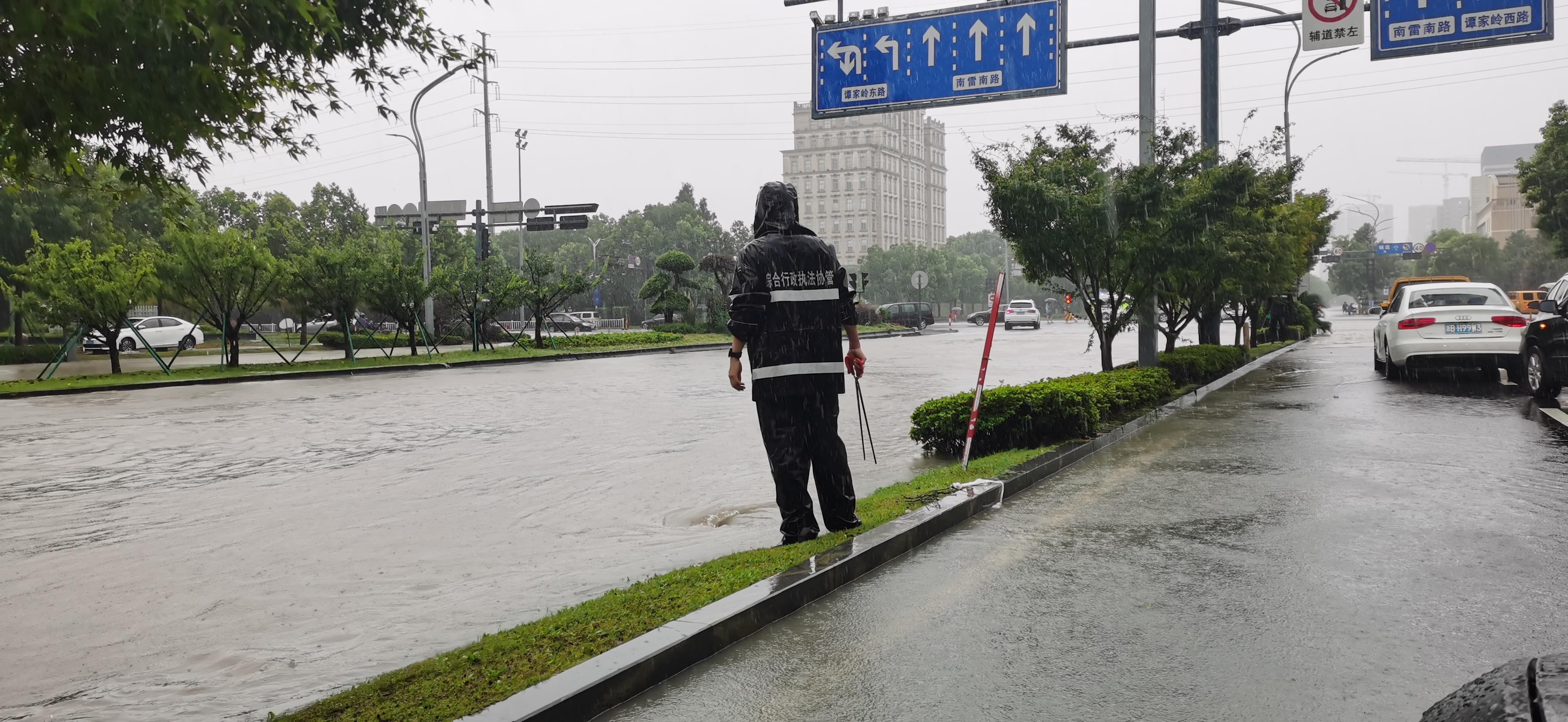 """7月26日,受今年第六号台风""""烟花""""影响,浙江宁波余姚市产生强降雨。人民视觉 图"""