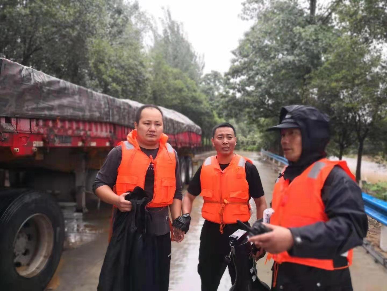 杨旭恒(左一)在救援现场。