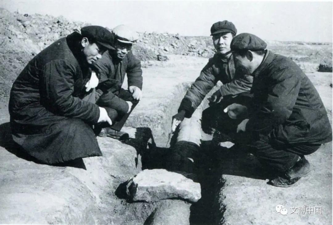 1976年李伯谦(右、北)、高崇文(左、南)、陈贤一(右、南)、刘金山(左、北)诸位先生讨论盘龙城宫殿排水管道