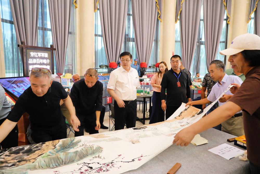 中国美协文艺志愿服务小分队成员现场作画