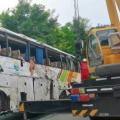 甘肃境内载63人客车侧翻,已致13人死亡