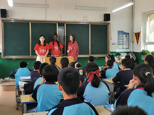 中外学生走进王家坪红军小学给孩子们上课。