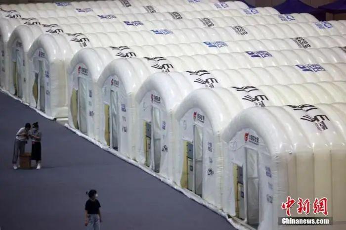 """7月26日,南京""""火眼""""实验室正在南京国际博览中心加紧搭建。中新社记者 泱波 摄"""