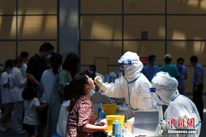 江苏省南京市,市民在江宁体育中心内设置的核酸检测点进行核酸检测。中新社记者 泱波 摄