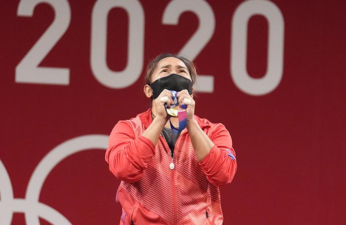 7月26日,菲律宾选手迪亚兹手捧金牌。人民视觉 图