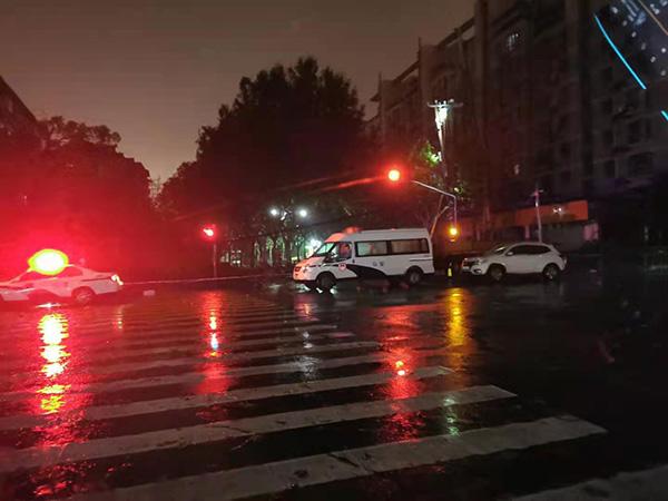 交警支队、周家渡派出所堵住危险路段避免影响过往车辆及行人安全