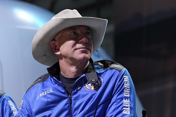 """当地时间2021年7月20日,美国得克萨斯州,美国亚马逊公司创始人杰夫·贝佐斯搭乘蓝色起源公司""""新谢波德""""航天器升空。在顺利完成太空飞行,并成功着陆后,贝索斯表示,这是""""最棒的一天""""。人民视觉 图"""