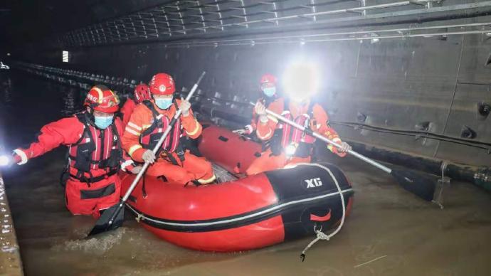 多地消防支队支援郑州地铁5号线排涝,有站点井道水深七八米