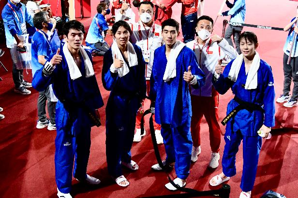 陈灵龙(左一)