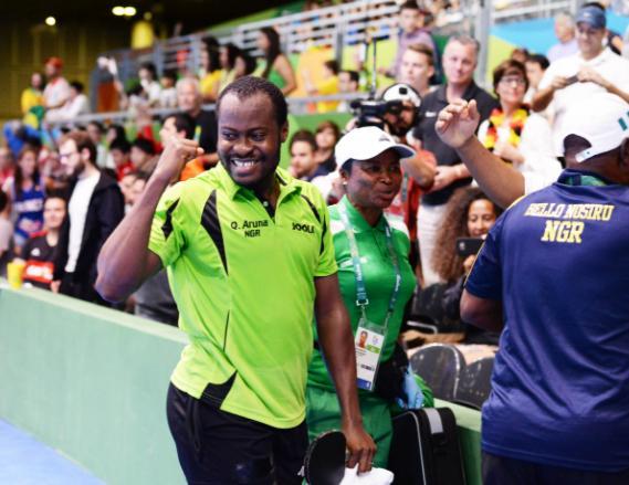 2016年里约奥运会阿鲁纳与到场观赛球迷互动。