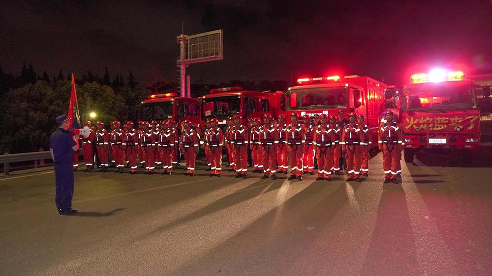 2021年7月23日凌晨2时20分,上海市消防救援总队水上救援专业队伍77名指战员集结完毕。本文图片均来自上海消防