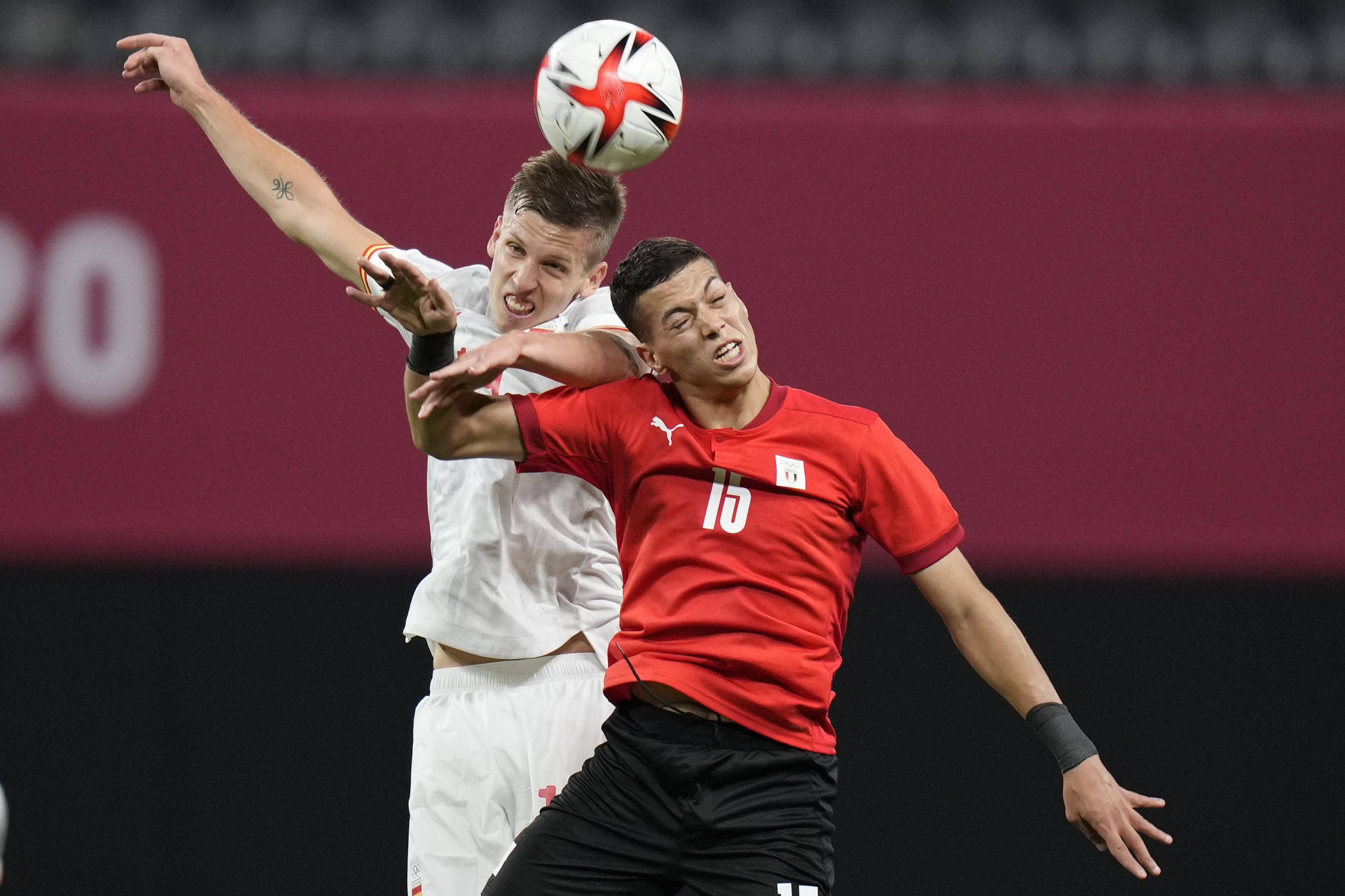 奥尔默(左)刚刚踢完欧洲杯。