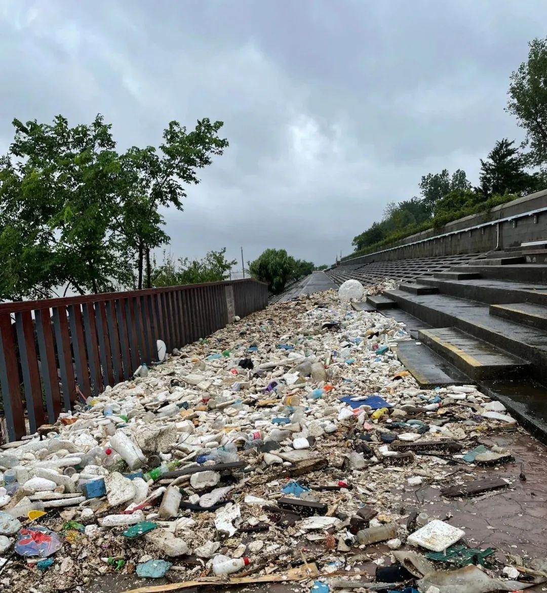 大量海洋垃圾被冲上岸堤