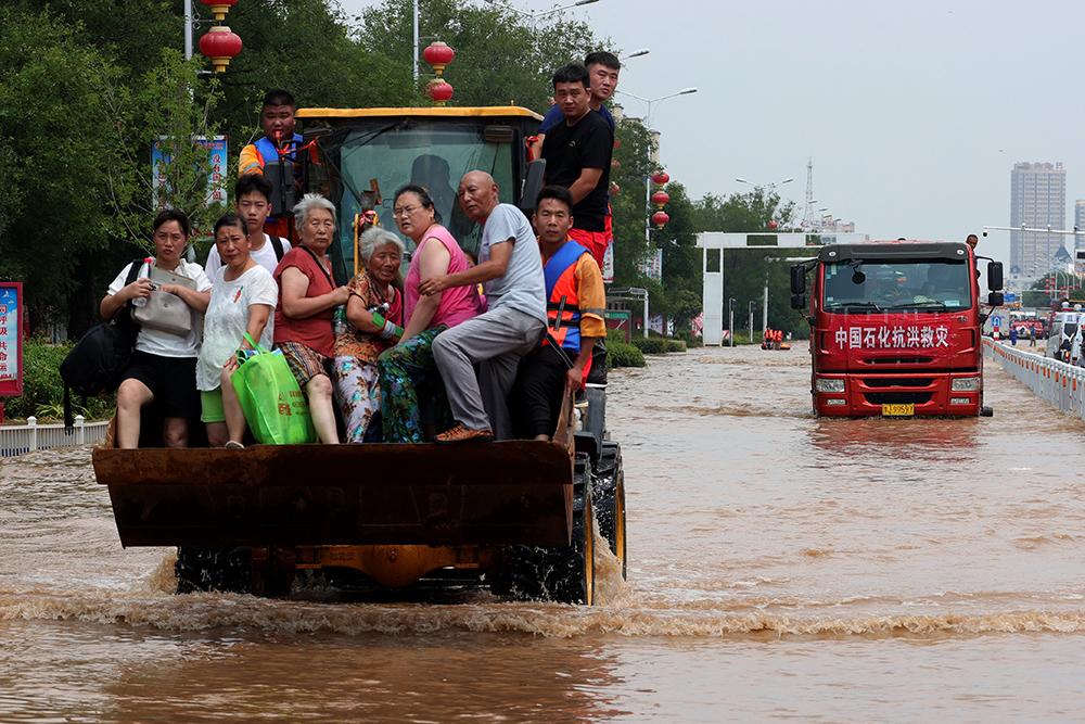 2021年7月26日,河南新乡,卫辉市区内涝严重,救援人员转移被困市民。人民视觉 图