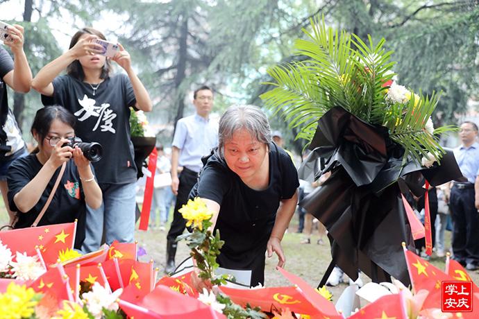 陈独秀的孙女陈长璞在上海龙华烈士陵园献花。掌上安庆 图