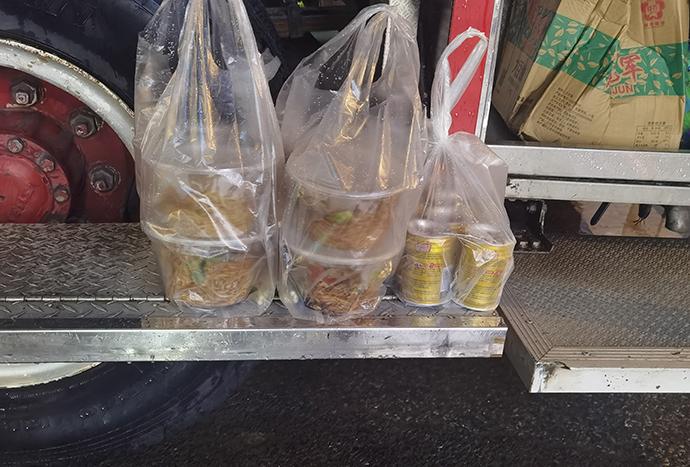 7月28日零时,在金山区亭林镇农贸市场,抽水排涝的消防队员意外收到了一对夫妻送来的食物和饮料。