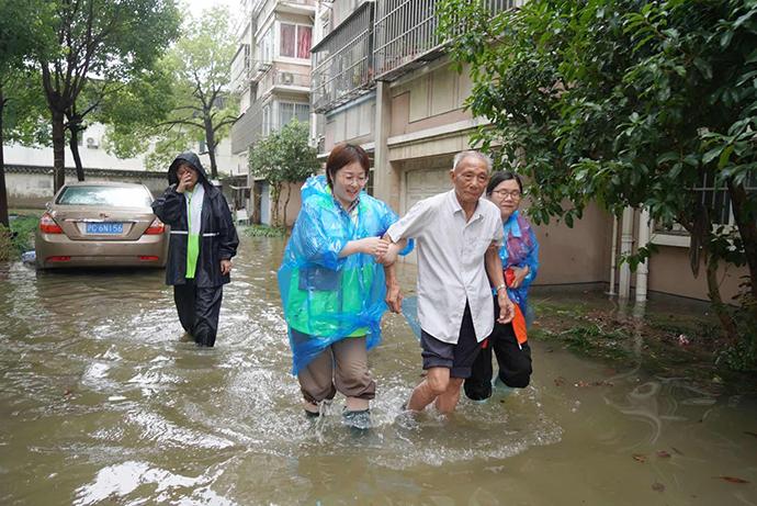 浦银五村22号一层87岁的陆老伯在志愿者劝说下,同意去女儿家住以躲避积水带来的风险。