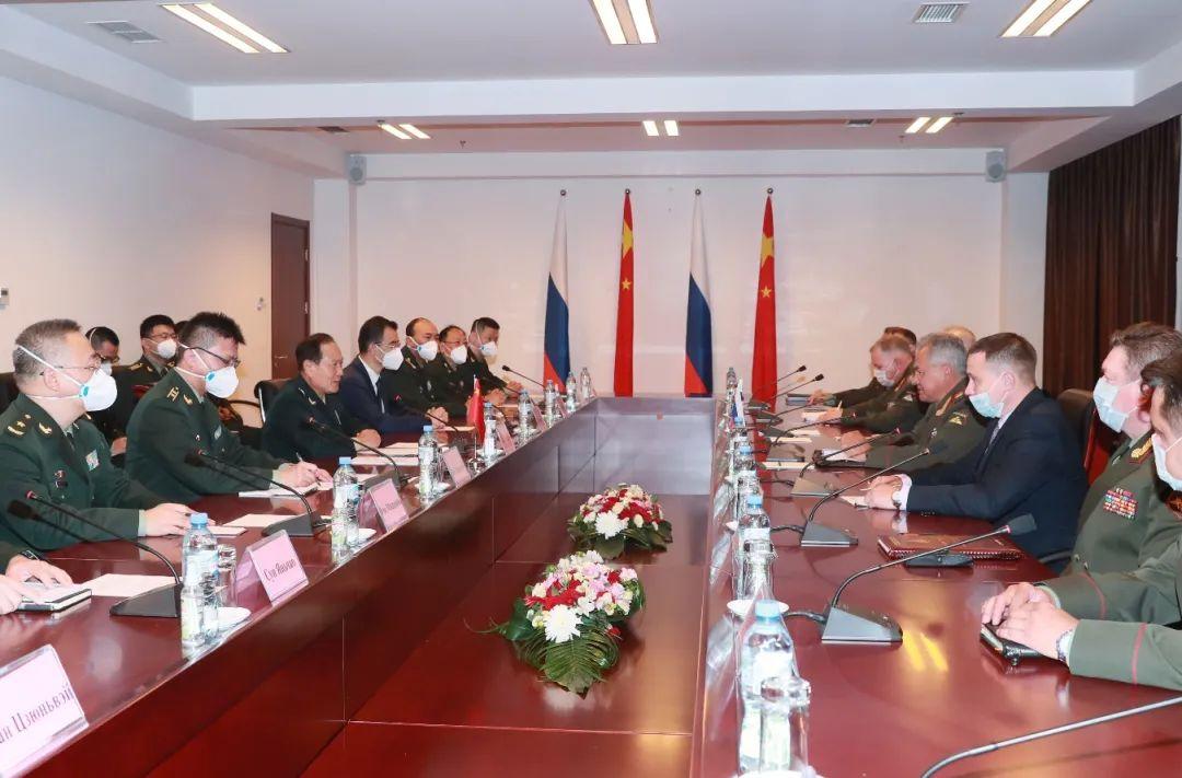 7月28日,国务委员兼国防部长魏凤和在杜尚别与出席上海合作组织成员国国防部长会议的俄罗斯国防部长绍伊古举行会谈。李晓伟 摄
