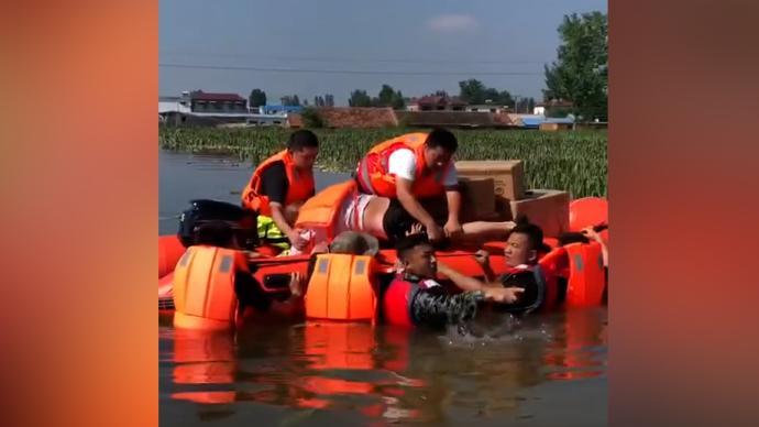 两支湖北救援队新乡施救现场不期而遇,老乡相互加油
