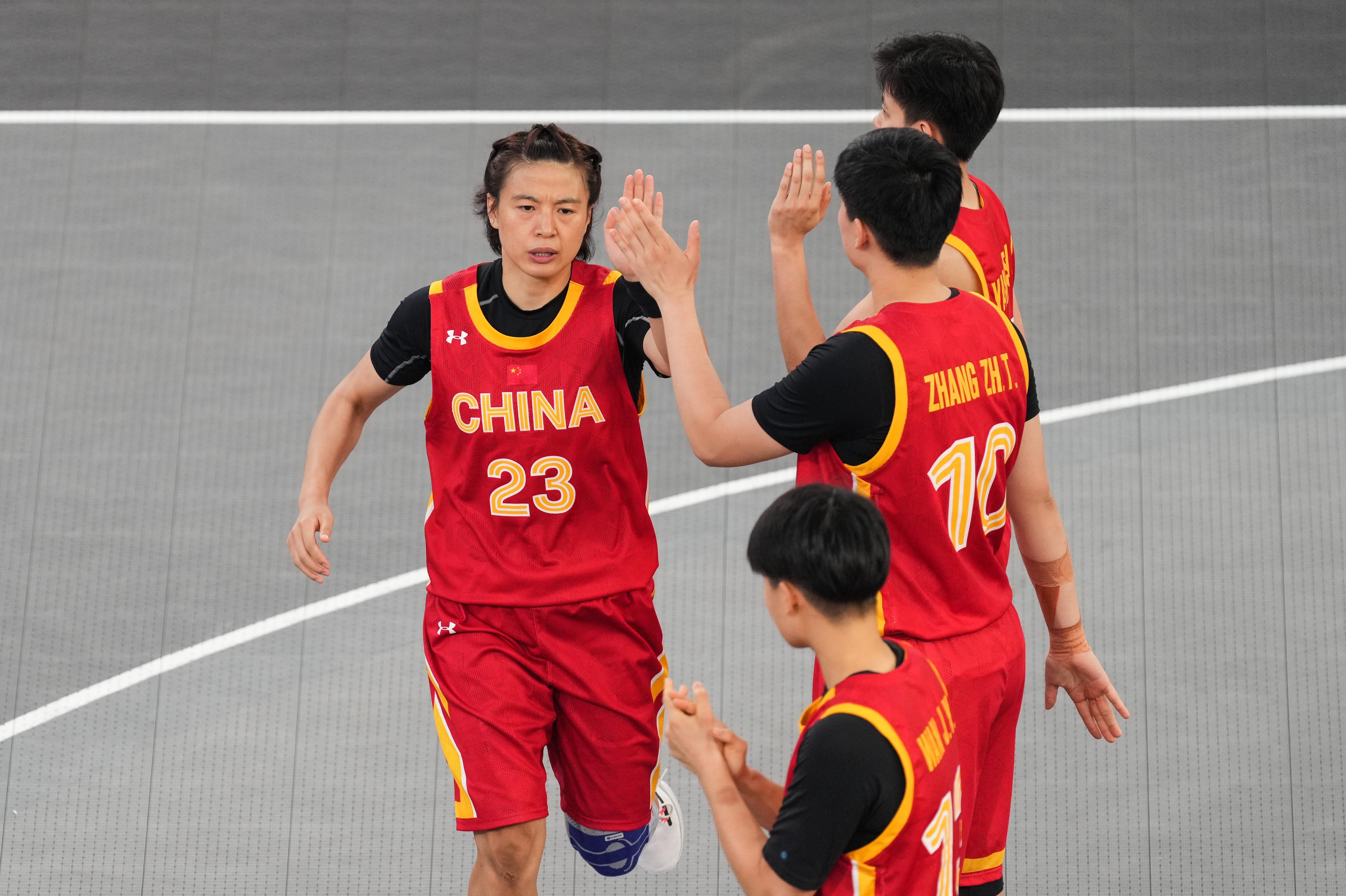 王丽丽(左)已经打服了网友。