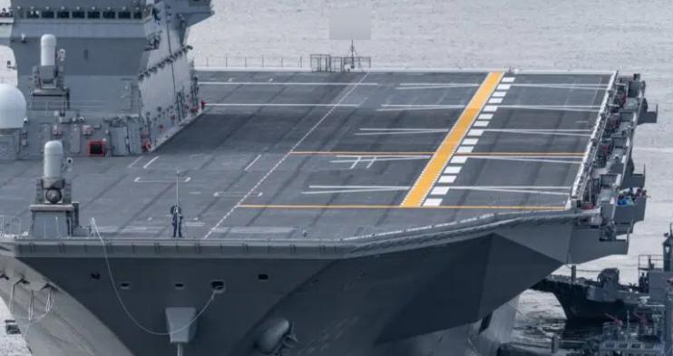"""完成改装的""""出云""""号,涂上了从艉至艏贯穿飞行甲板的黄色标识线。"""