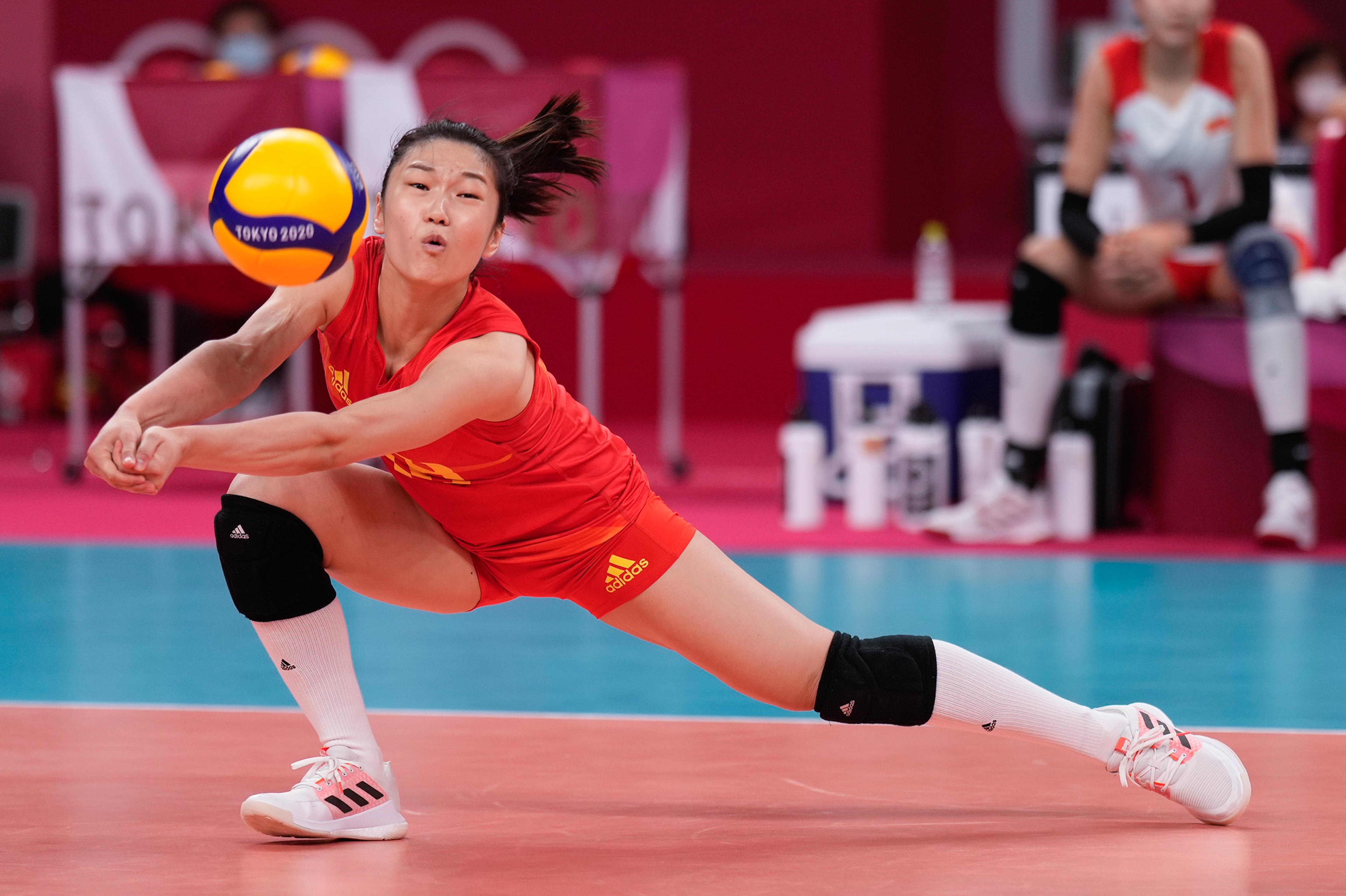 王梦洁在比赛中救球。
