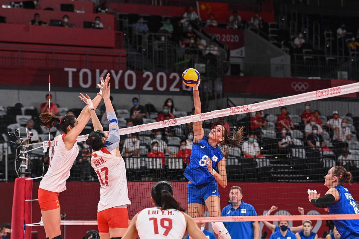 第四局,俄罗斯女排连续下分,将比分追至20-20,郎平指导也叫了暂停。