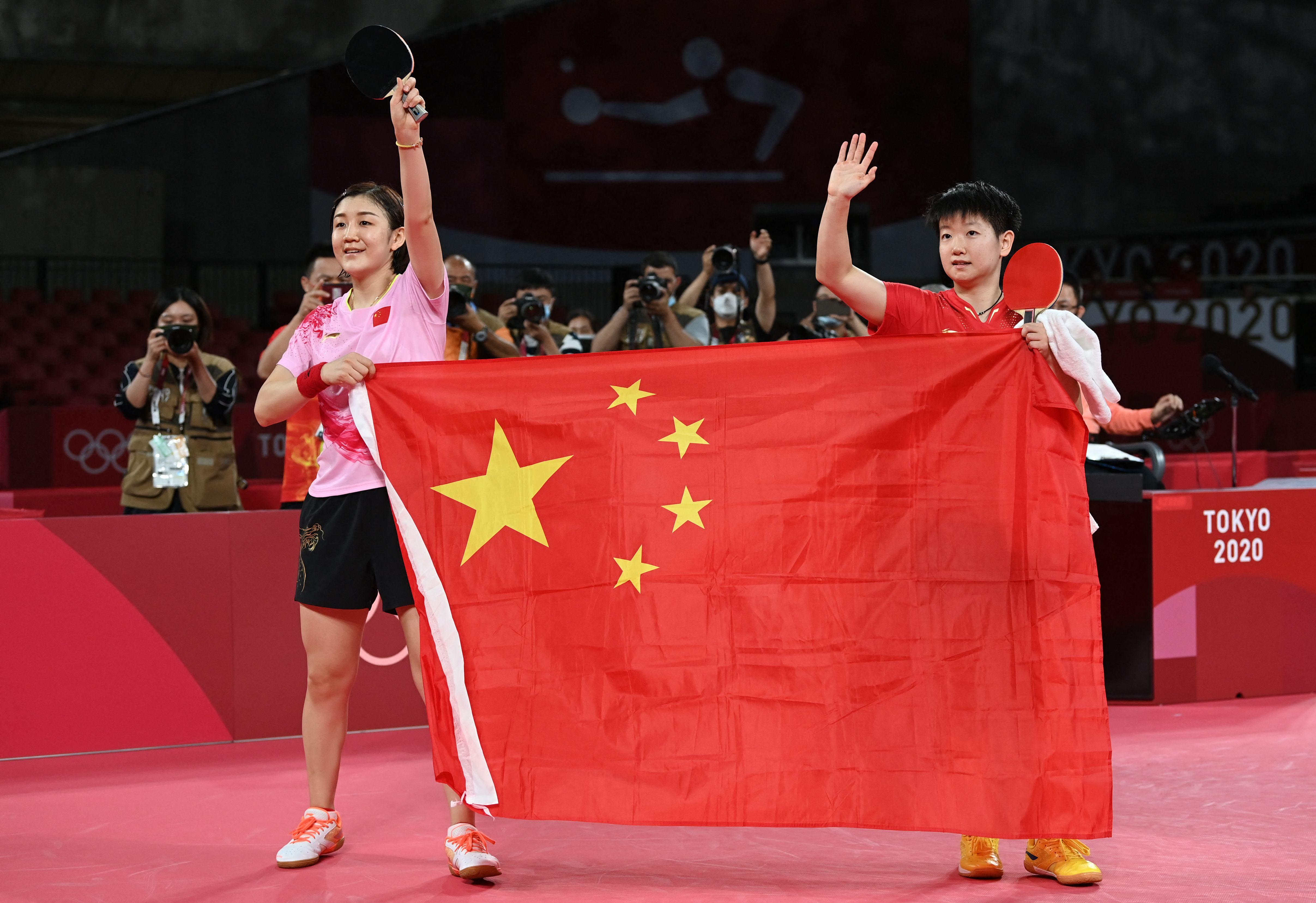 陈梦和孙颖莎展示国旗。
