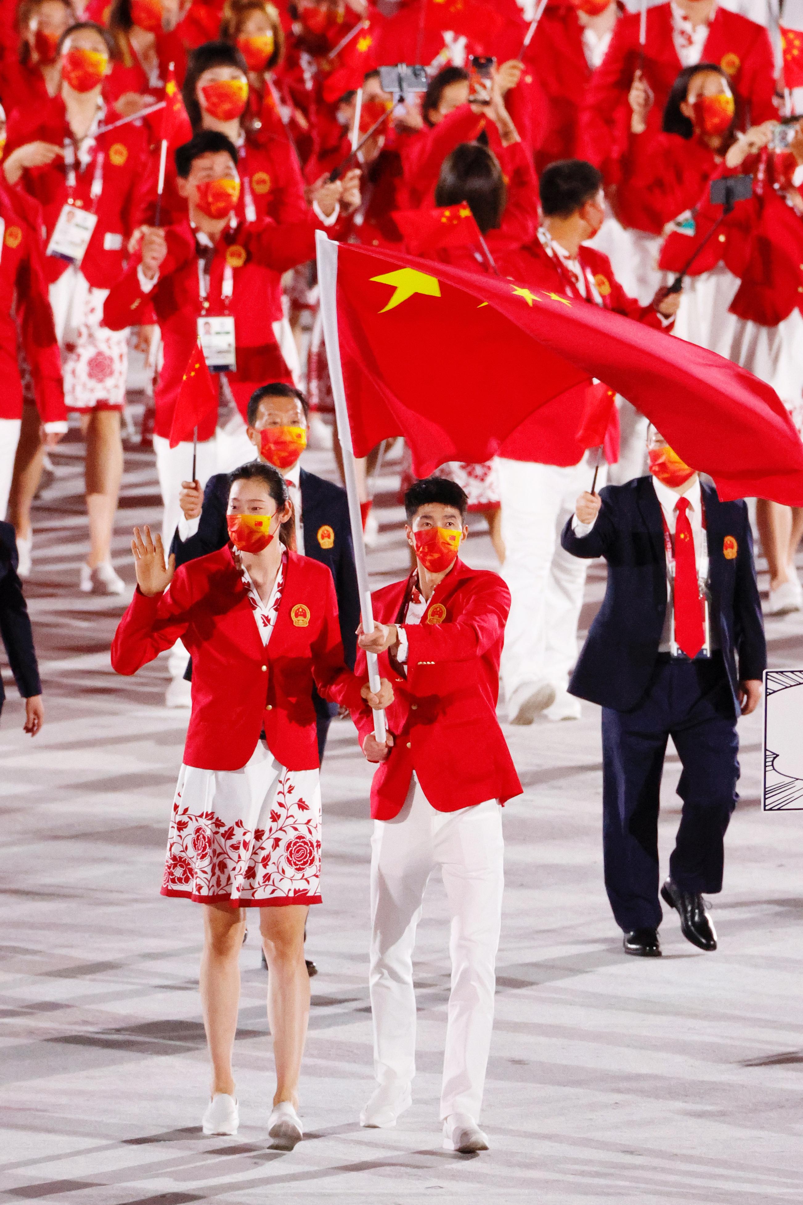 赵帅和朱婷担任旗手。