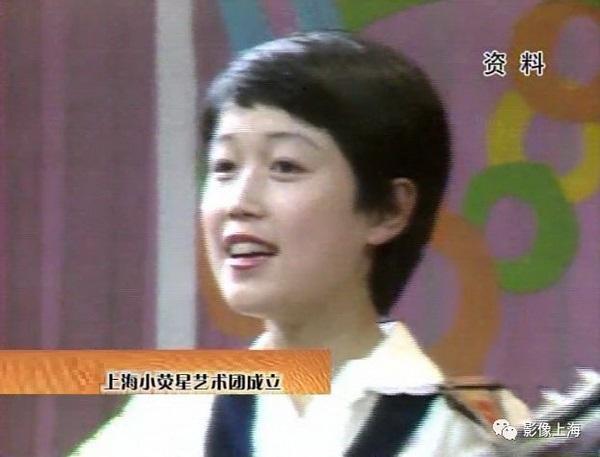 巫慧敏在1985年1月上海电视台小荧星艺术团成立时上台自弹自唱