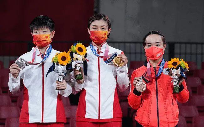 孙颖莎(左一)