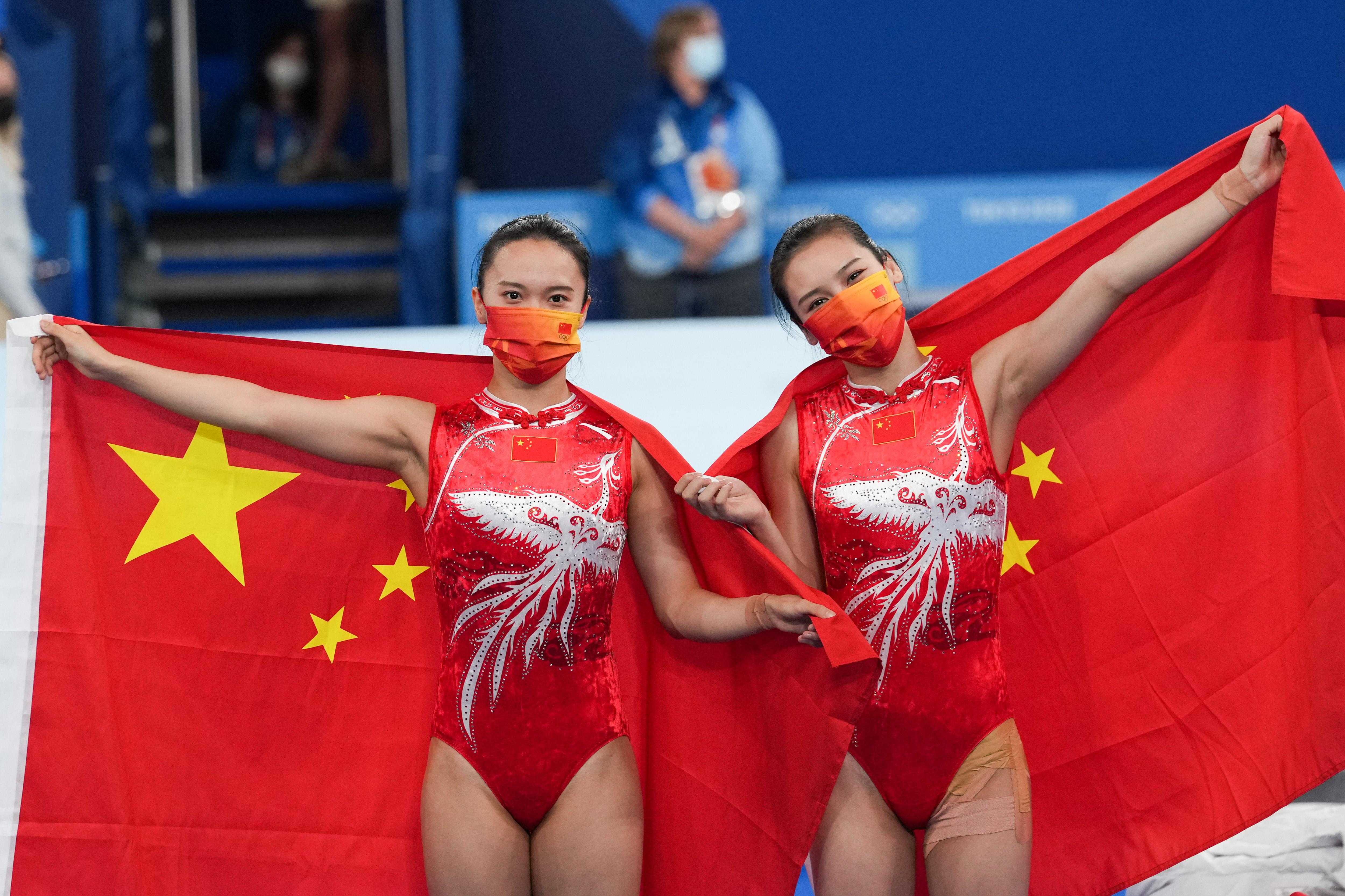 刘灵玲(右)和朱雪莹。