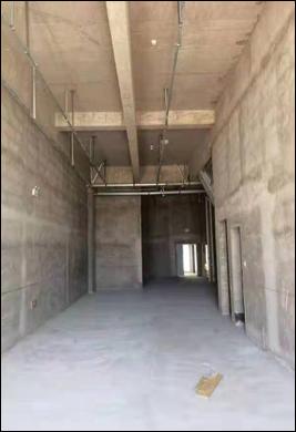 学生家长在校方安排的过渡校区拍摄的画面,实为尚未竣工的公寓楼