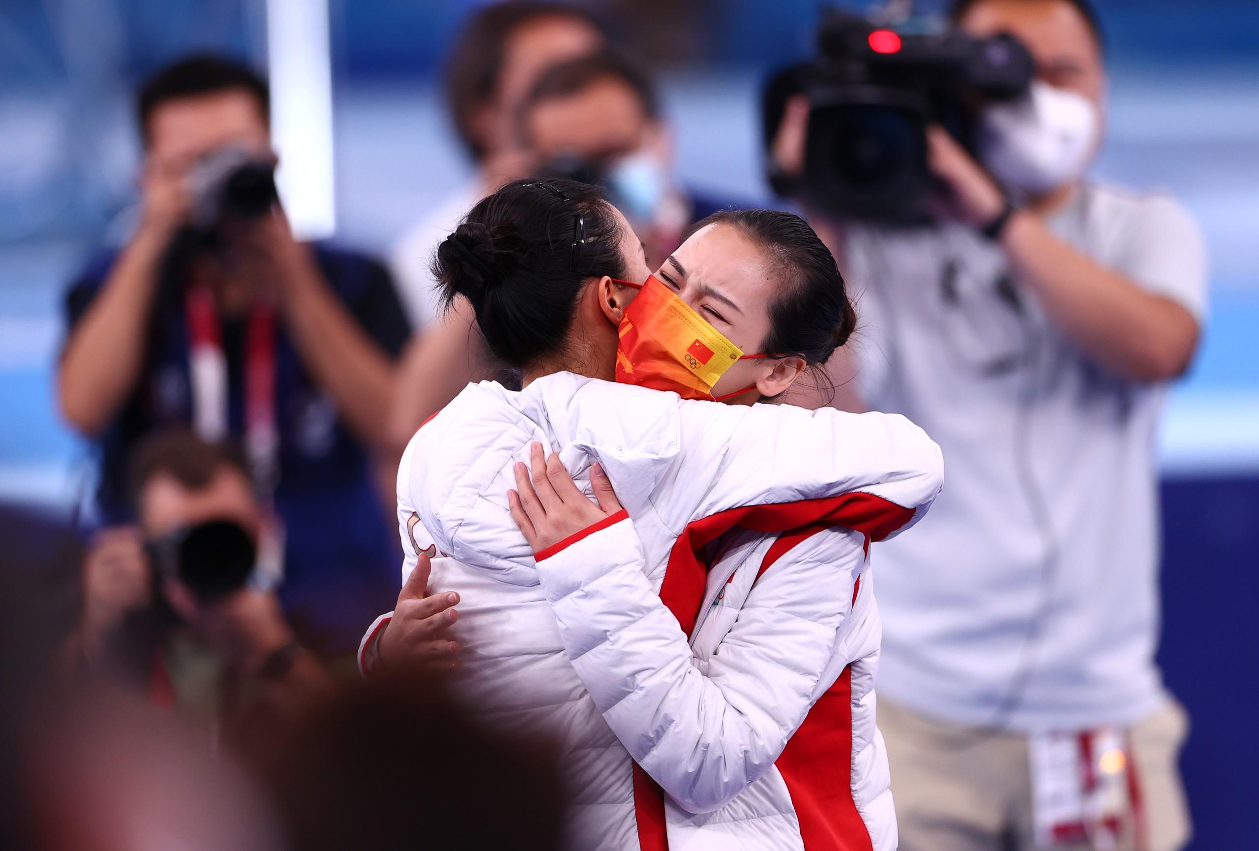 赛后,朱雪莹和刘灵玲拥抱。