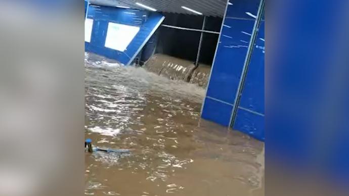 广州地铁站雨水倒灌:乘客、工作人员迅速撤离