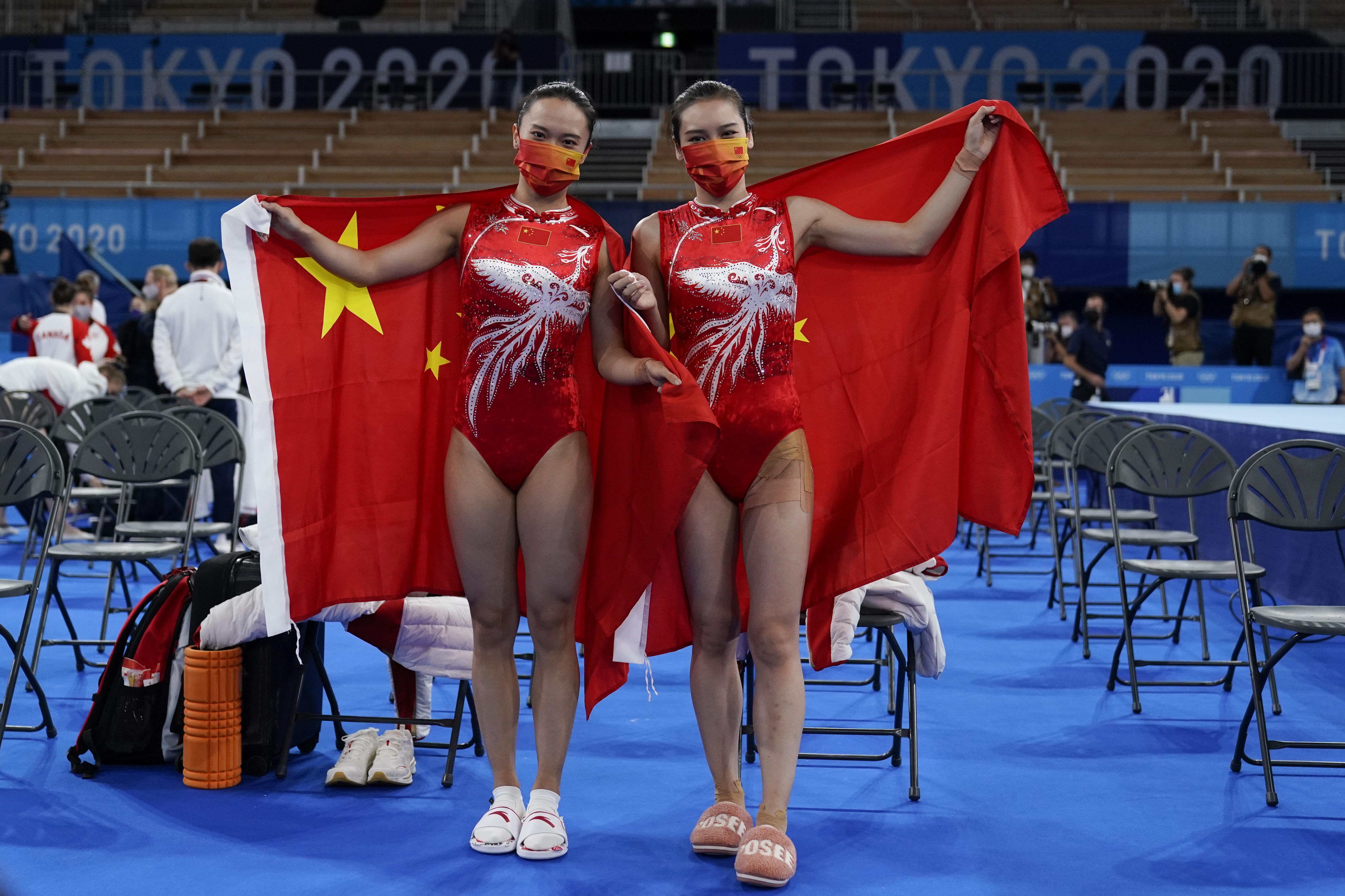 朱雪莹(左)和刘灵玲展示国旗。
