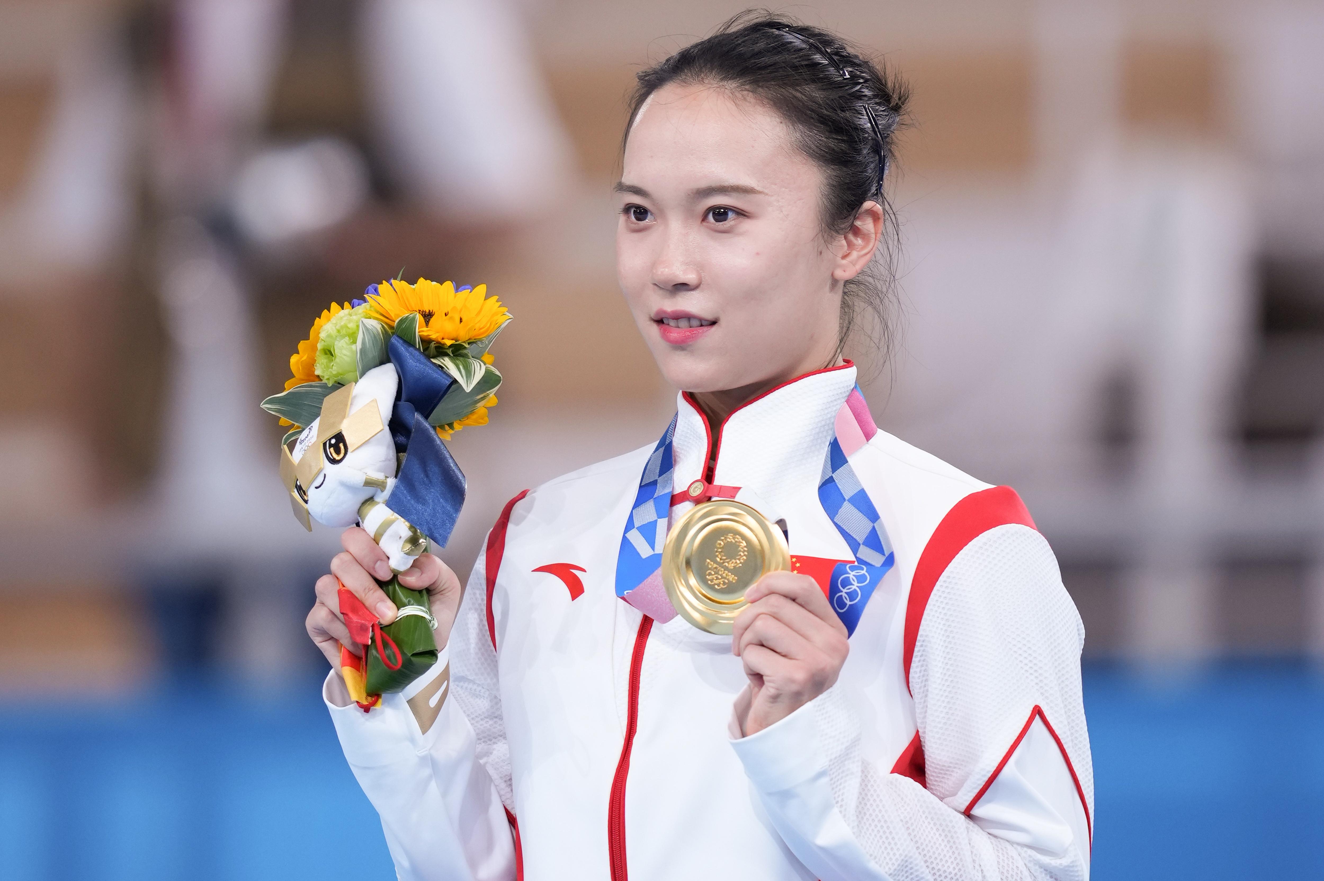 朱雪莹戴上奥运金牌。